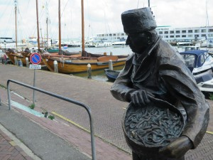 Statue to eel fishermen